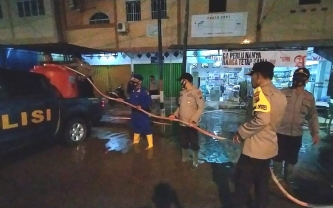 Hingga Malam, Personil Polres Inhil Sedot Air Genangi Jalan di Tembilahan