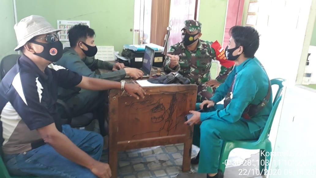 Di Tengah Covid-19, Babinsa Koramil 02/Tanah Merah Komsos dengan Staf Kecamatan Enok dan Warga Binaan