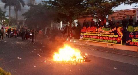 Pendemo Murka, Motor Dibakar, Polisi Kabur ke Rumah Warga