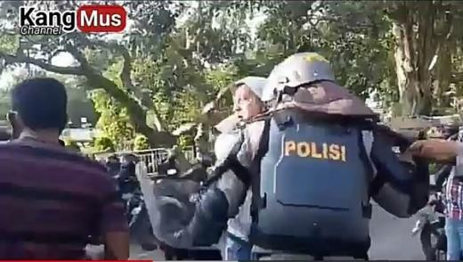 Kronologi Perwira Brimob *Banting* Anggota Dalmas Polri saat Amankan Demo di Jambi