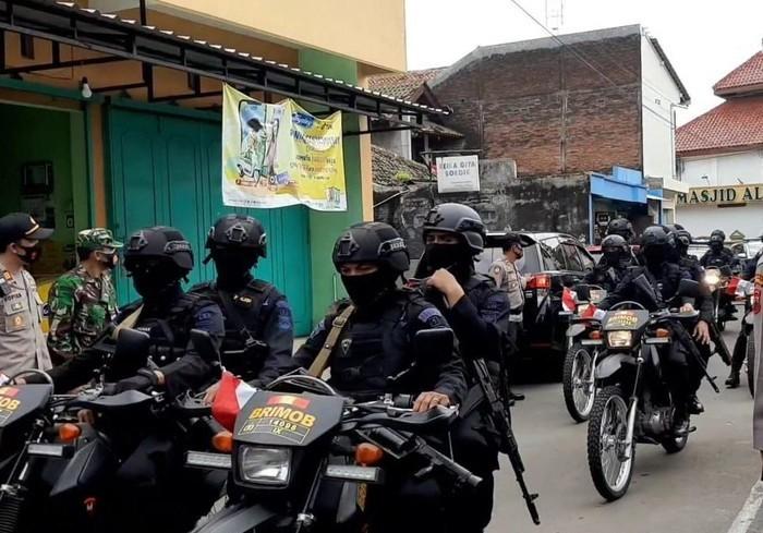Patroli di Dekat Ponpes Al-Mukmin, Brimob Bawa Kendaraan Baracudda serta Senjata Laras Panjang