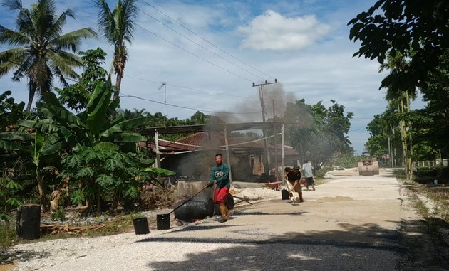Pengaspalan Jalan SP1 Desa Hang Tuah di Kampar Hampir Rampung